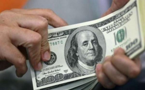 الدولار يتراجع عالميا بفعل الإحباط من خطة ترامب لمواجهة كورونا